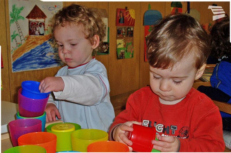 Spielende Kinder in der Kinderkrippe