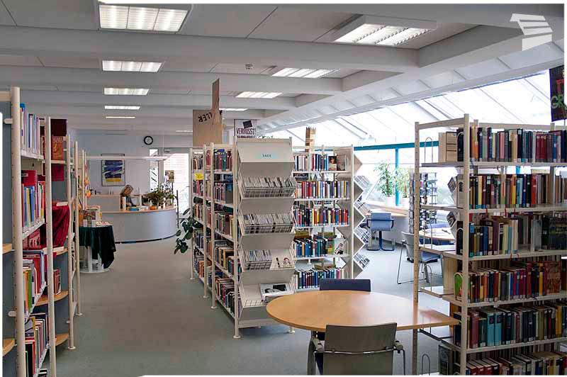 Bücherregale in der Bücherei