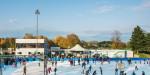 Eisbahn –Blick auf Eisfläche und Eisläufer mit Bergstraße im Hintergrund