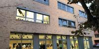 Fassade mit Fenstern der Hans-Thoma-Grundschule