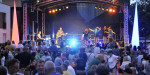 Publikum vor Bühne mit Musikgruppe