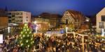 Blick über den Weihnachtsmarkt mit verschiedenen Ständen