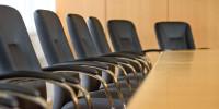 Sitzungssaal mit Stühlen und Tisch