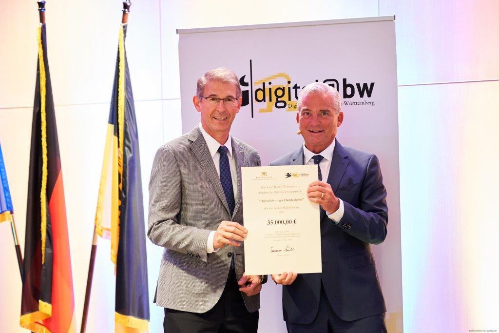 Digitale Zukunftskommune@BW: Bürgermeister Kessler bekam den Förderbescheid von Innenminister Strobl überreicht. Foto: Schmid/Innenministerium