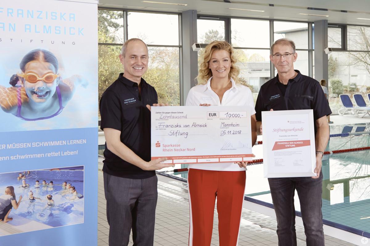 Franziska van Almsick gründete in Heddesheim eine Stiftung. Sparkassenvorstand Stefan Klaiber und Bürgermeister Kessler (v.l.) freuten sich. Foto: Sparkasse