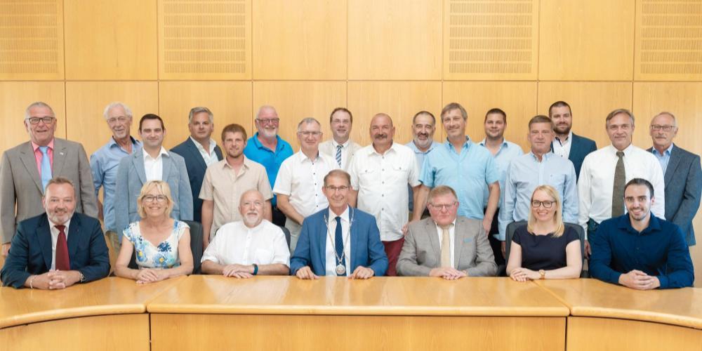Gruppenbild des Gemeinderates mit Bürgermeister in der ersten Reihe sitzend