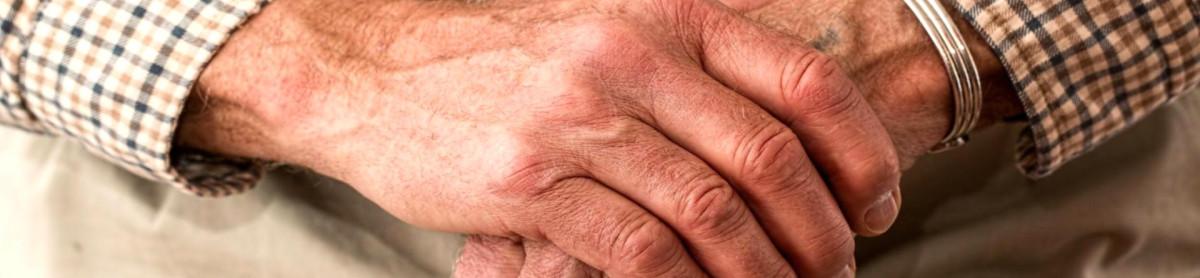 Ältere Menschen und Senioren – Zwei Hände auf einem Krückstock