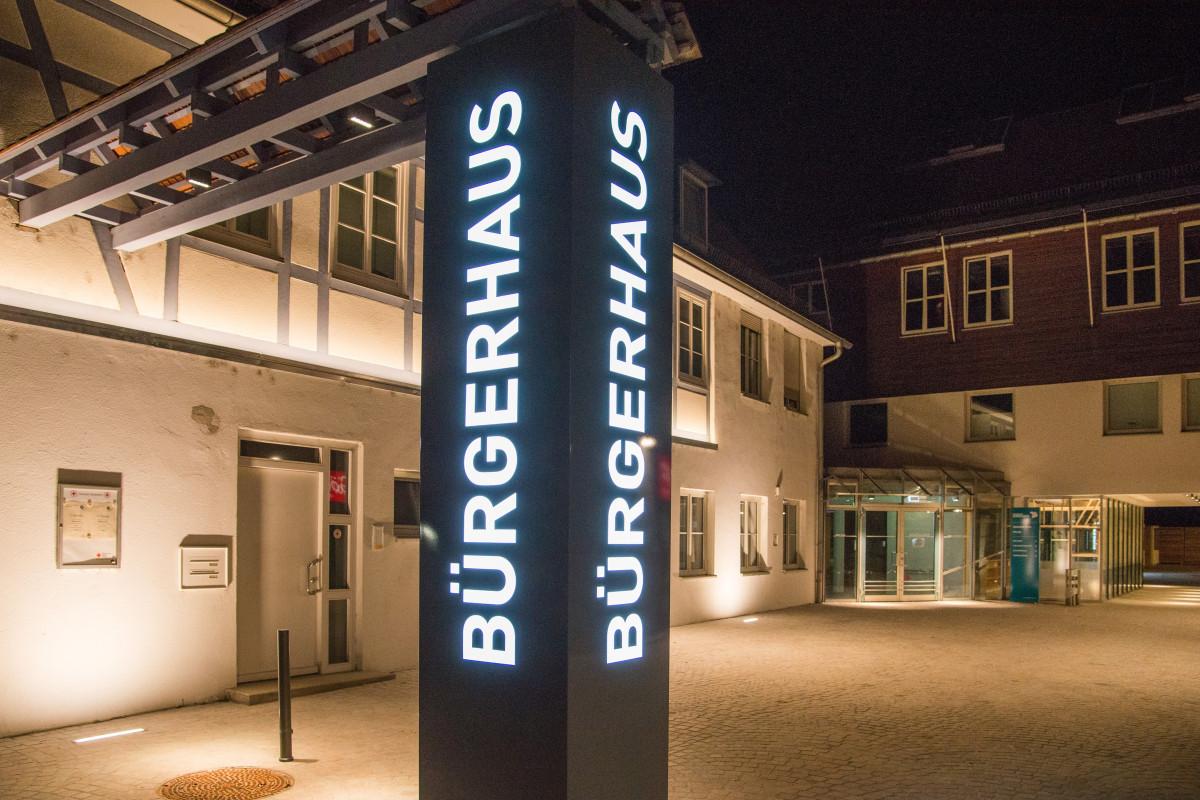 """Blick auf das Bürgerhaus Heddesheim und das Gebäude """"Pflug"""" bei Nacht"""