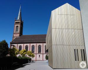 Blick auf die evangelische Kirche mit dem Gemeindehaus