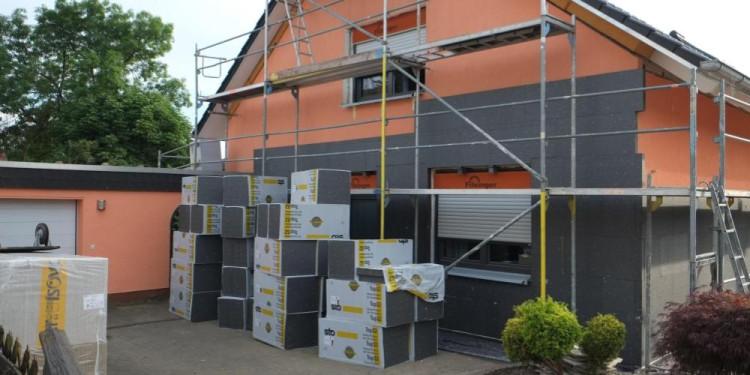 Blick auf eine Hausfassade mit Gerüst, die gerade saniert wird