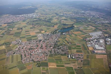 Luftaufnahme von der Gemeinde Heddesheim mit vielen Häusern und Grünflächen.