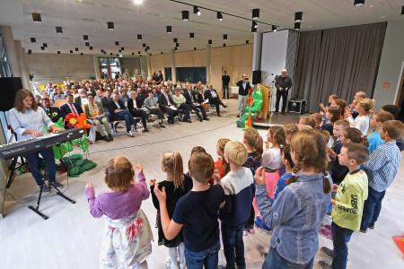 Die Grundschule Heddeseheim mit singenden Kindern