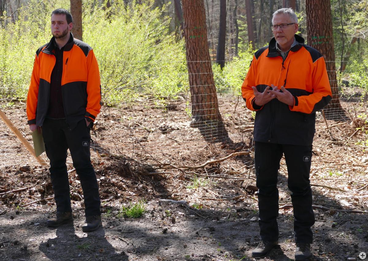 Alexander Schwanke (links) und Forstamtsleiter Ralf Schepp informieren über die bedrohlichen Auswirkungen des Klimawandels im Viernheimer Wald. Foto: Stadt Viernheim